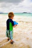 пристаньте мальчика к берегу немногая играя стоковое изображение rf