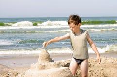 пристаньте мальчика к берегу Стоковое Изображение