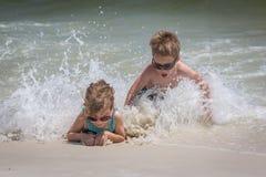 Пристаньте малышей к берегу Стоковые Изображения