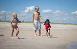 пристаньте малышей к берегу Стоковая Фотография