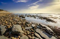 Пристаньте место к берегу показывая воду и небо и солнце светя Стоковая Фотография RF