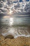 Пристаньте место к берегу с лучами солнца в горизонте Стоковая Фотография RF