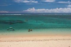 Пристаньте остатки к берегу на обители лагуны побережья океана, реюньон Стоковые Изображения