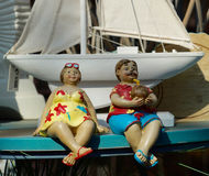 пристаньте одетьнную иллюстрацию к берегу праздника девушки счастливую как маленький играя вектор моря матроса Стоковые Изображения RF