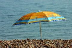 пристаньте парасоль к берегу Стоковая Фотография RF
