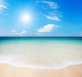 пристаньте пасмурное небо к берегу Стоковое Фото