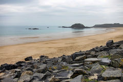 пристаньте песочное к берегу канала brittany английское Стоковое Изображение RF
