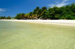 пристаньте песочную белизну к берегу Стоковые Фото