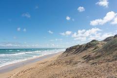 Пристаньте песчанную дюну к берегу на солнечный день в национальном парке Coorong, южном Aus Стоковое Изображение
