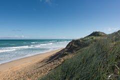 Пристаньте песчанную дюну к берегу на солнечный день в национальном парке Coorong, южном Aus Стоковое Фото
