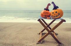 Пристаньте предпосылку к берегу хеллоуина с тыквой в шляпах ` s ведьмы стоковые фотографии rf