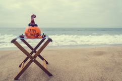 Пристаньте предпосылку к берегу хеллоуина с тыквой в шляпах ` s ведьмы стоковая фотография