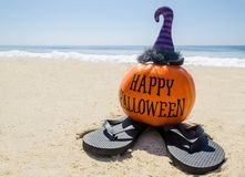 Пристаньте предпосылку к берегу хеллоуина с тыквой в шляпах ` s ведьмы стоковые фото