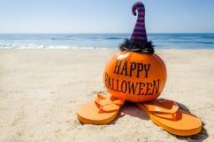 Пристаньте предпосылку к берегу хеллоуина с тыквой в шляпах ` s ведьмы стоковые изображения