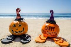 Пристаньте предпосылку к берегу хеллоуина с тыквой в шляпах ` s ведьмы стоковое фото rf