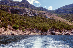 пристаньте прибой к берегу лета камней песка Кипра свободного полета среднеземноморской перемещение природы изображений коллажа п стоковые фотографии rf