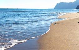 пристаньте прибой к берегу лета камней песка Кипра свободного полета среднеземноморской Стоковая Фотография