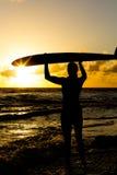 пристаньте серфер к берегу Стоковые Фотографии RF