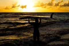 пристаньте серфер к берегу Стоковые Изображения