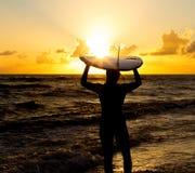 пристаньте серфер к берегу Стоковая Фотография