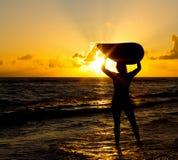 пристаньте серфер к берегу Стоковые Фото