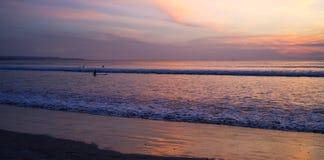 Пристаньте ситуацию к берегу во время времени захода солнца, пляжа Kuta Стоковое Изображение RF