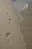 пристаньте следы ноги к берегу Стоковое фото RF