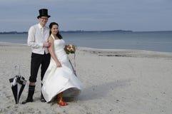 пристаньте смешное венчание к берегу Стоковые Фотографии RF