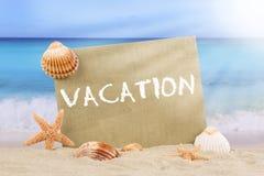 Пристаньте сцену к берегу в лете на каникулах с раковинами и звездами моря Стоковое Изображение