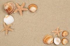 Пристаньте сцену к берегу в cacation лета с песком, раковинами моря, звездами и Стоковая Фотография RF