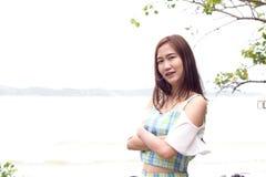 пристаньте счастливую женщину к берегу Стоковое фото RF