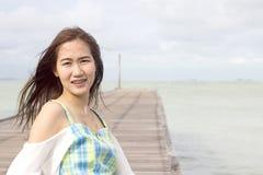 пристаньте счастливую женщину к берегу стоковое фото