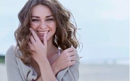 пристаньте счастливую женщину к берегу Стоковые Фотографии RF