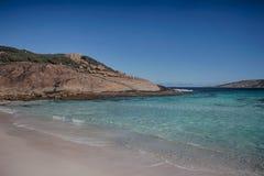 пристаньте точную белизну к берегу воды бирюзы песка Стоковая Фотография