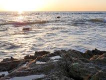 Пристаньте фотографию к берегу ландшафта, на побережье Сан-Диего южной Калифорнии, кристаллическая бухта, Санта-Барбара, острова  Стоковая Фотография RF