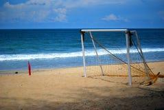 пристаньте футбол к берегу Стоковые Фотографии RF