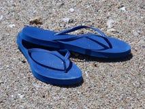 пристаньте цветастые различные сандалии к берегу веревочки flops flip повиснутые Стоковая Фотография RF