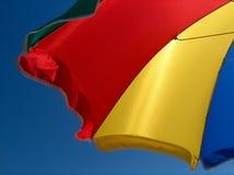 пристаньте цветастый зонтик к берегу Стоковая Фотография RF