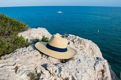 Пристаньте шляпу к берегу на горе и голубой предпосылке моря, летнем дне Стоковые Изображения