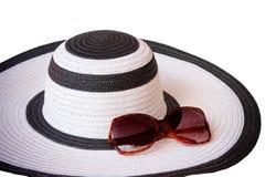 Пристаньте шляпу и стекла к берегу от солнца изолированного на белизне Селективный фокус Стоковое Изображение RF