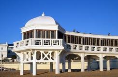пристаньте экзотическую гостиницу к берегу Стоковое Изображение