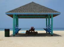 пристаньте cabana к берегу Cayman Islands Стоковое Изображение