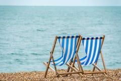 пристаньте deckchairs к берегу Стоковое Изображение RF