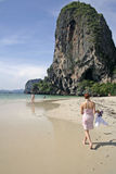 пристаньте railay прогулку к берегу туристов Таиланда берега Стоковое Фото