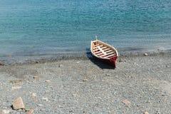 пристаньте rowboat к берегу Стоковые Фотографии RF
