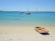 пристаньте rowboat к берегу Стоковое Изображение