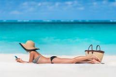 Пристаньте sms к берегу женщины каникул отправляя СМС используя телефон app Стоковая Фотография