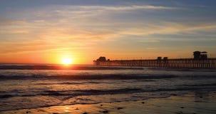 Пристань берега океана Калифорнии на заходе солнца