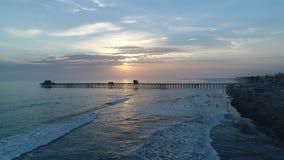Пристань берега океана на заходе солнца сток-видео