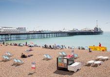 Пристань Брайтона при люди наслаждаясь пляжем Стоковые Изображения